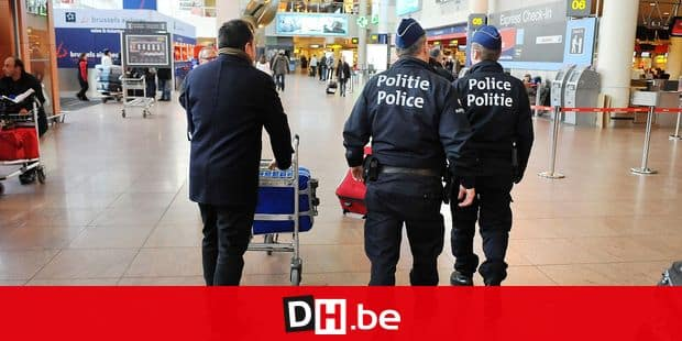 20091228 - ZAVENTEM, BELGIUM: Illustration picture shows police officers at the Brussels Airport departure hall, in Zaventem, Monday 28 December 2009. Security at airports around the world has been tightened after a Nigerian man attempted to explode a powder on board of an airplane flying from Amsterdam to Detroit, last Thursday. On Sunday there was another minor incident on the same route. BELGA PHOTO MARC GYSENS