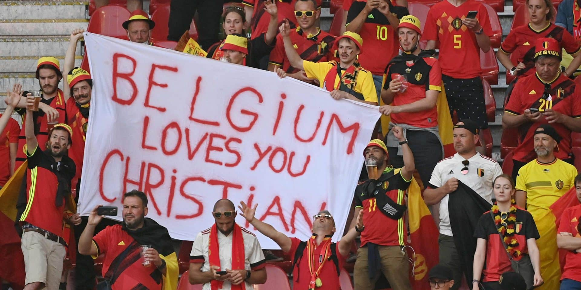 Drapeaux, banderoles, maillot géant lors du match Danemark Belgique en hommage à Eriksen (PHOTO)