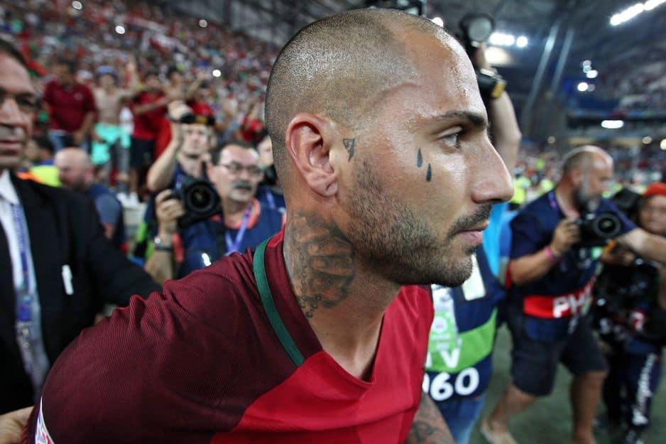 Les larmes de                                                                                                              Ricardo Quaresma (Portugal) ont fait couler beaucoup d'encre sachant que des larmes tatouées au coin de l'oeil peuvent être un signe de meurtre. Il n'a jamais donné d'explications.