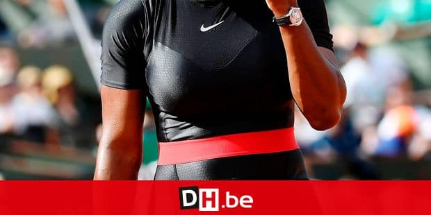 Serena Williams of the US gestures as she walks on court after a point against Czech Republic's Kristyna Pliskova during their women's singles first round match on day three of The Roland Garros 2018 French Open tennis tournament in Paris on May 29, 2018. / AFP PHOTO / CHRISTOPHE SIMON