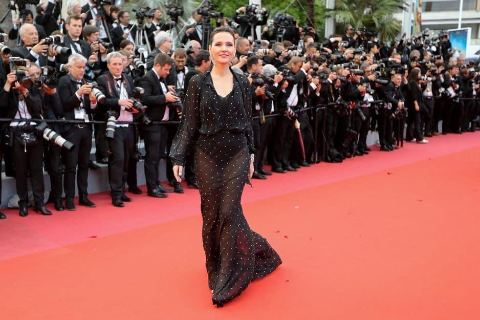 Une robe noire laissant deviner ses sous-vêtements pour Virginie Ledoyen.