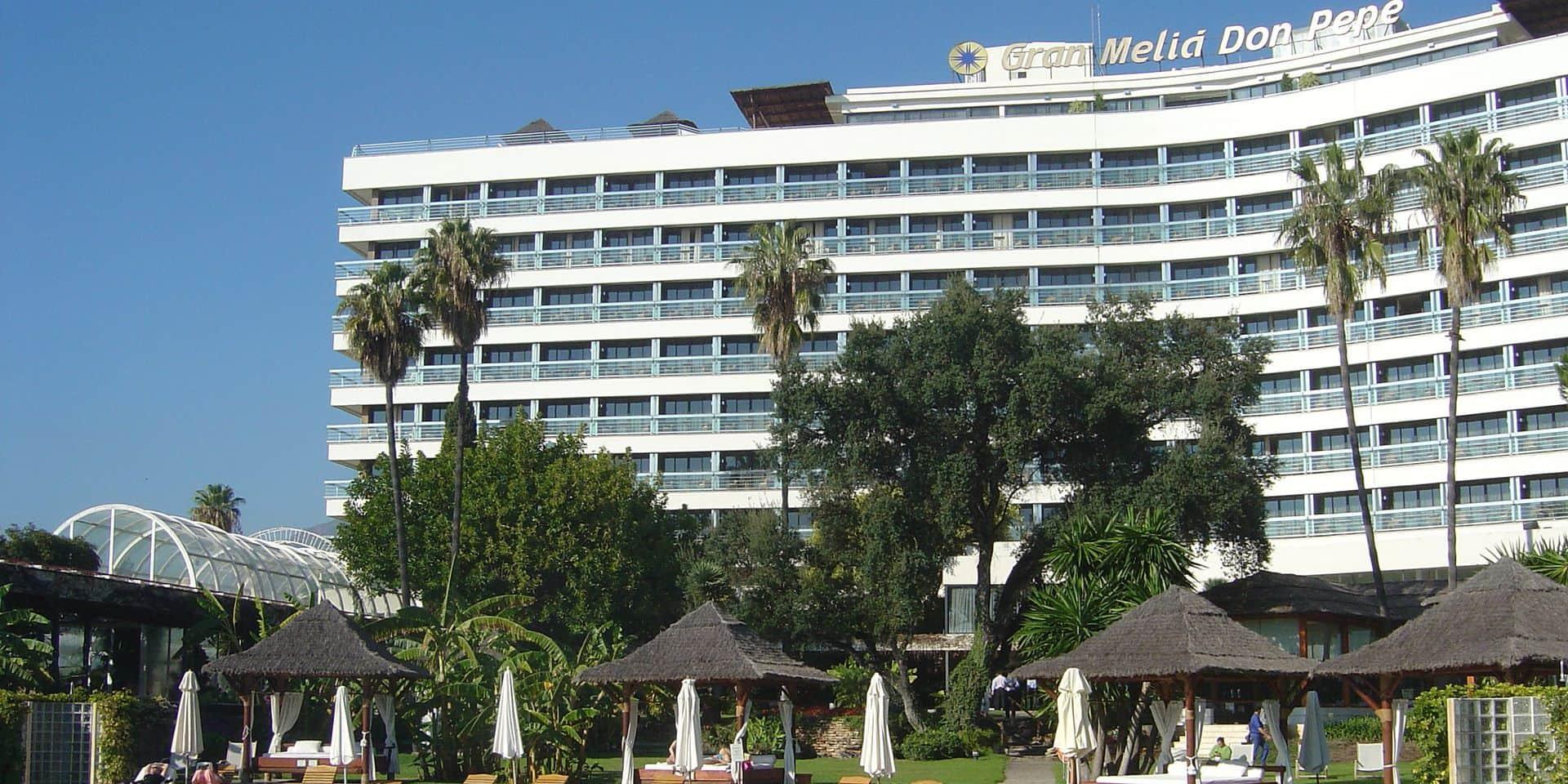 Il chute du balcon de son hôtel à Marbella, et s'écrase sur un homme en train de prendre un verre en terrasse