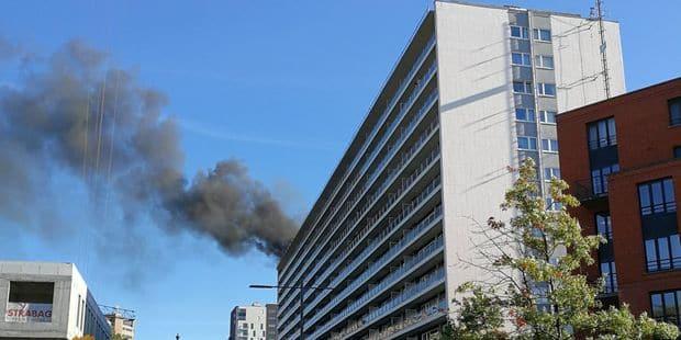 Gros incendie en cours dans un immeuble à appartements à Evere - La DH