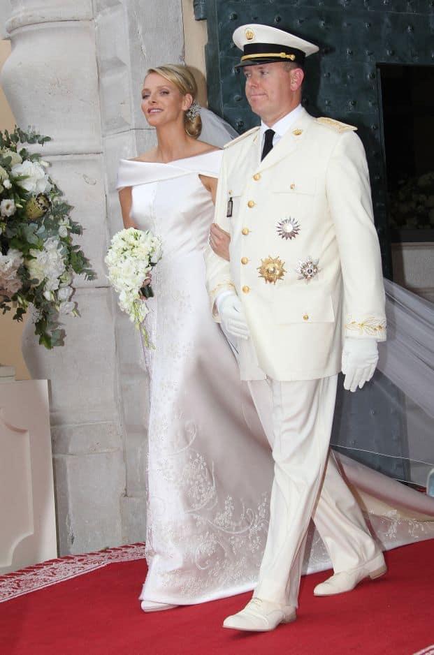 Charlene Wittstock a choisi une robe de mariée à son image, en toute simplicité. En apparence. Il a tout de même fallu 2500 heures à Armani Privé pour la réaliser.