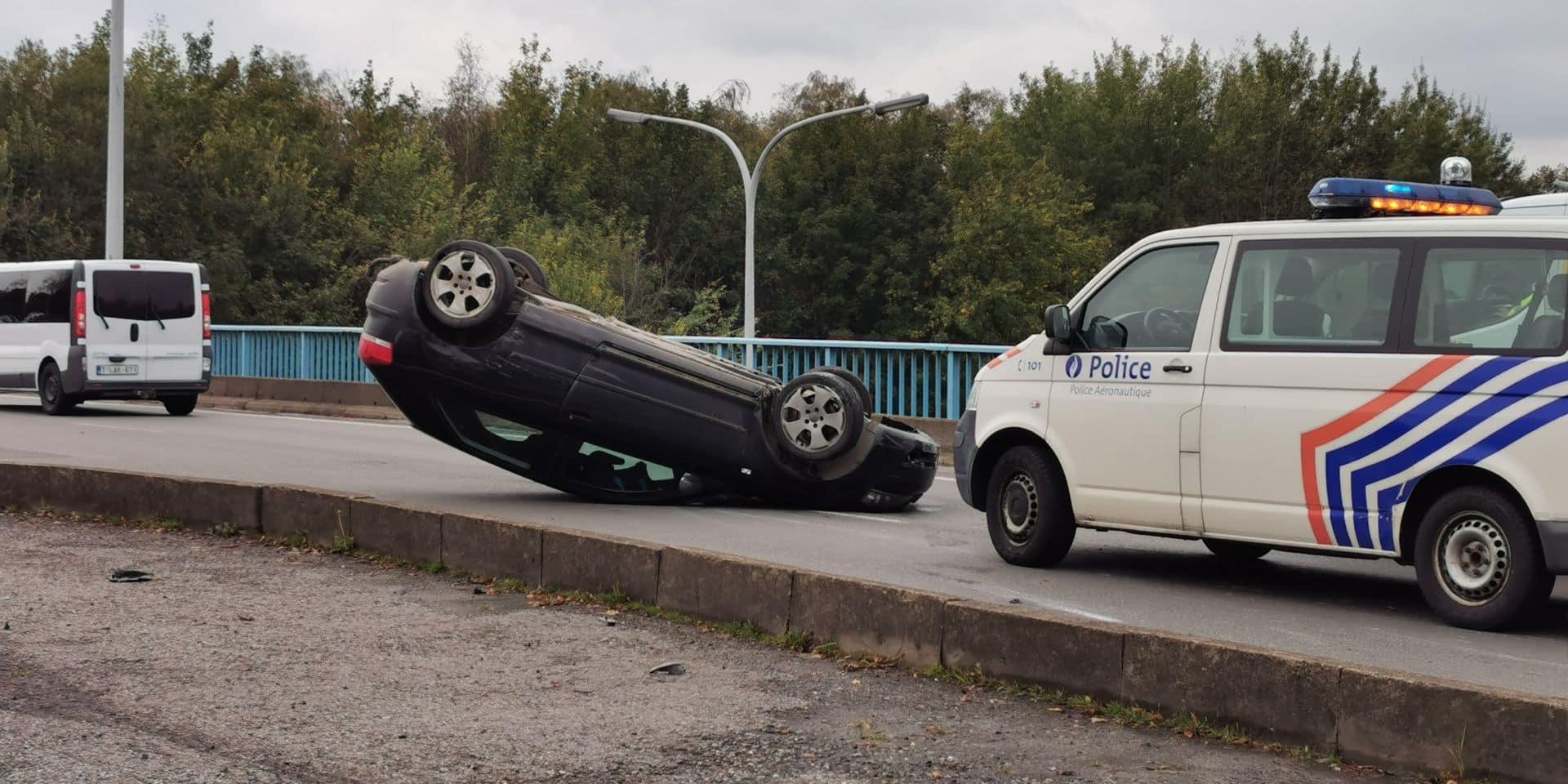 Une voiture se retourne sur la rue des Fusillés, au-dessus de l'A54 à Jumet