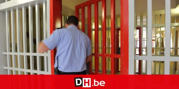 20120809 - ARLON, BELGIUM: Illustration shows a guard opening a door during a visit to the prison of Arlon, Thursday 09 August 2012. Justice Minister Turtelboom does a tour of three Walloon prisons (Arlon, Saint-Hubert and the construction site of the new prison of Marche-en-Famenne) and has meetings with the prison guards, regarding the security measures that are taken to ensure the safety of the prison workers. BELGA PHOTO ANTHONY DEHEZ