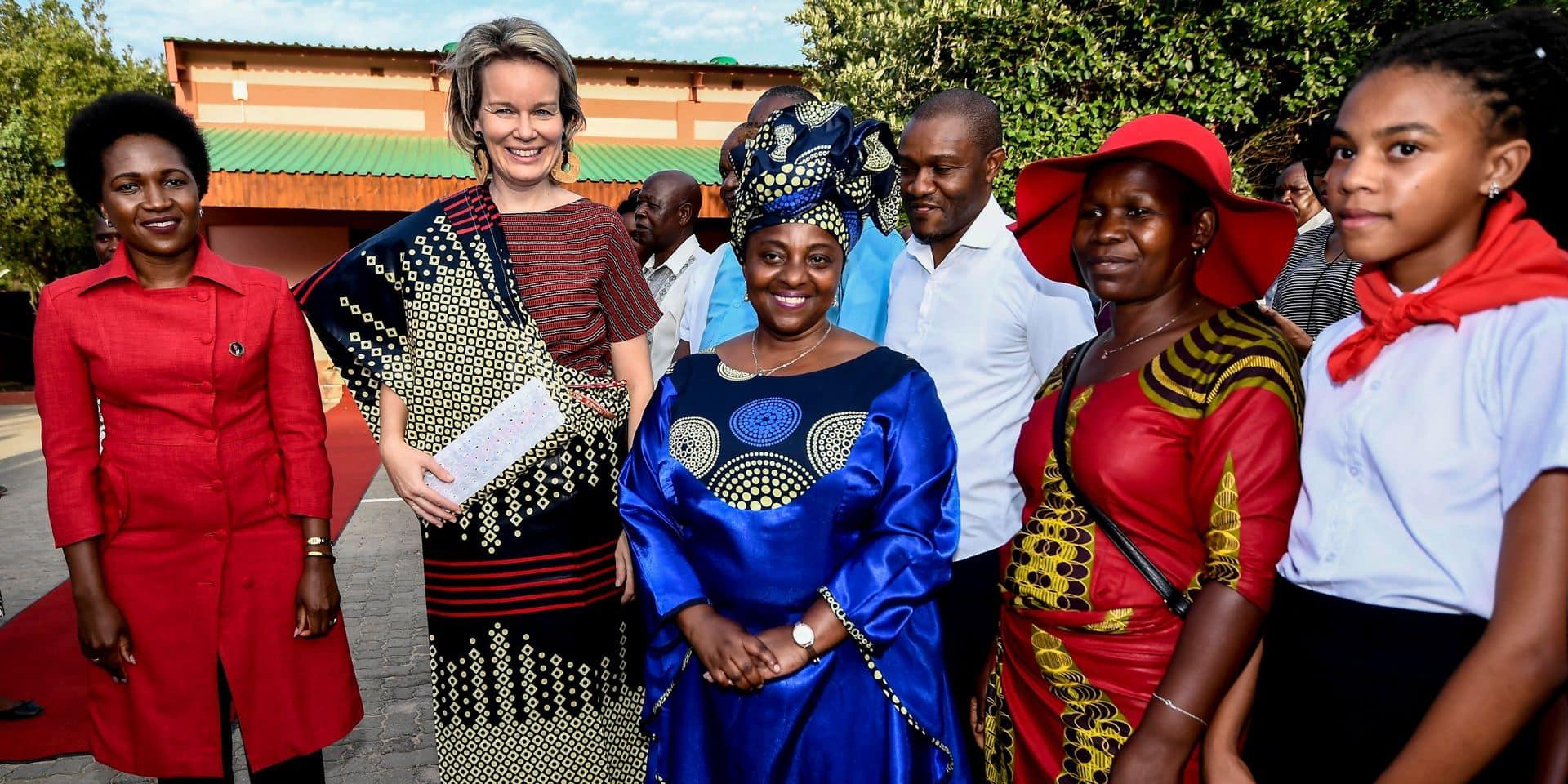 La reine Mathilde adopte le capulana, le pagne mozambicain