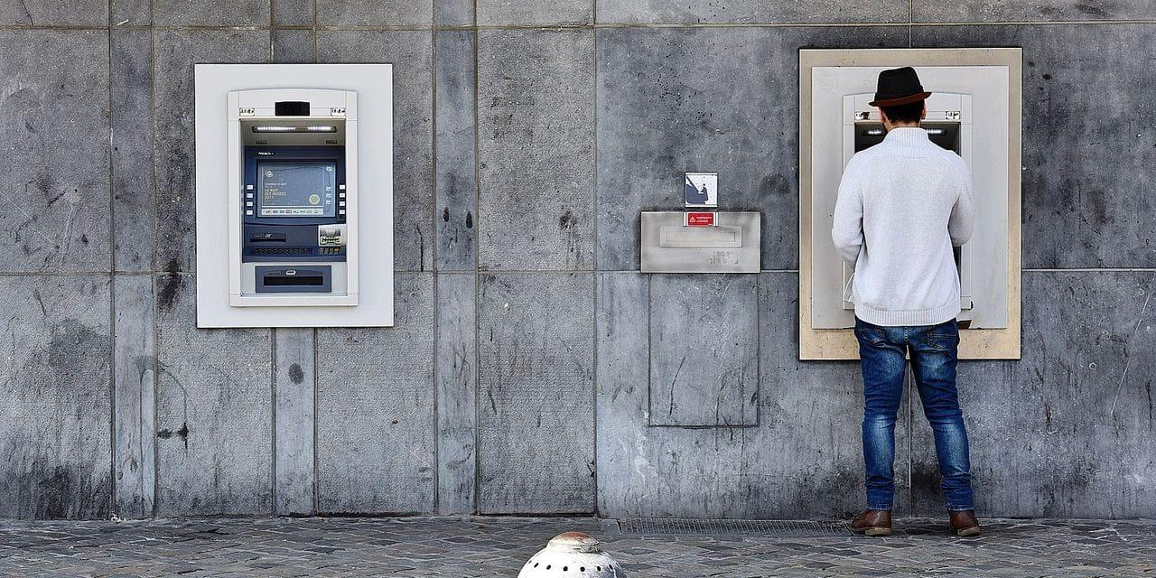 """De moins en moins de distributeurs de billets, et chez vous ? """"C'est une question de démocratie"""""""