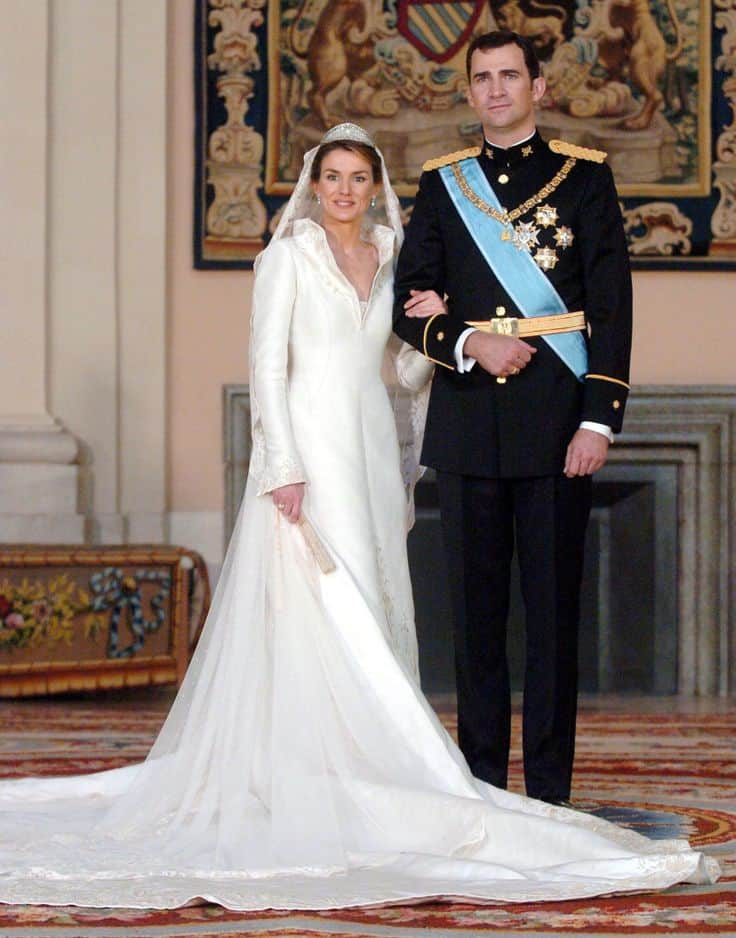 L'ancienne journaliste Letizia Ortiz fait souffler un vent de modernité sur le famille royale d'Espagne en 2004 avec cette robe créée par Manuel Pertegaz.