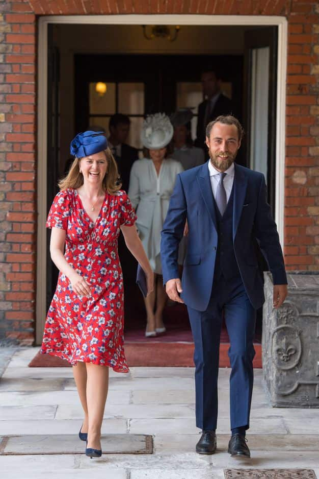 James Middleton arrive au baptême avec la marraine de Louis, Lady Laura Meade.