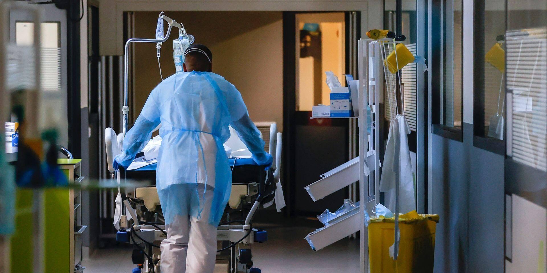 """Applaudi au début de la crise, le personnel soignant est désormais pris pour cible: """"On aide les gens et on se fait insulter en retour"""""""