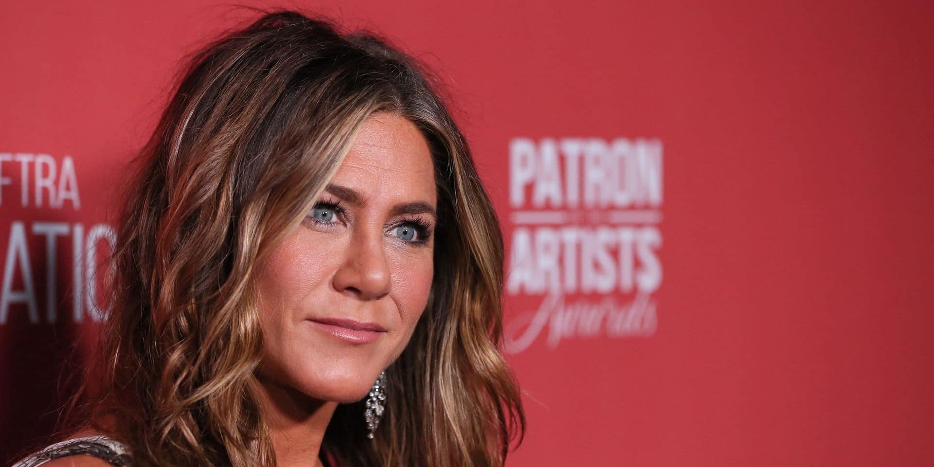 Jennifer Aniston présente son nouveau compagnon et la Toile fond complètement