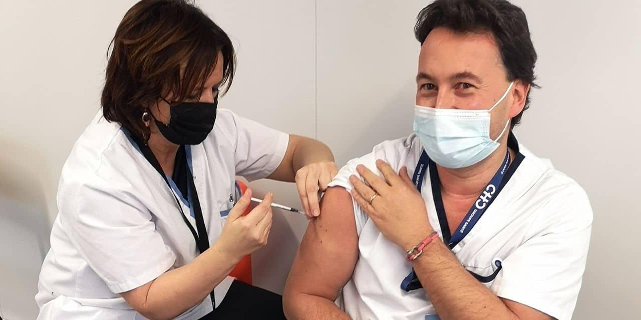 """""""Je suis vacciné et je ne suis pas mort !"""" : le Dr Devos estime que les plus de 55 ans qui vivent chez eux doivent être prioritaires aussi"""
