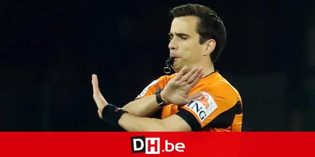 referee Erik Lambrechts stops the match during a soccer match between Standard de Liege and RSC Anderlecht, Friday 12 April 2019 in Liege, on day 4 (out of 10) of the Play-off 1 of the 'Jupiler Pro League' Belgian soccer championship. BELGA PHOTO VIRGINIE LEFOUR