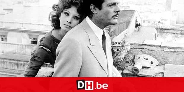 Marriage Italian Style 1964 avec Sophia Loren appuyee sur Marcello Mastroianni sur la terrasse d'un toit couple amour love