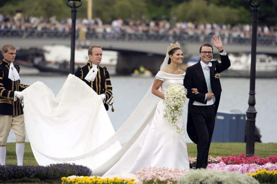 La princesse héritère de Suède épouse Daniel Westling, un roturier professeur de fitness, le 19 juin 2010. Ce jour-là, elle était rayonnate dans une robe de Pär Engsheden.