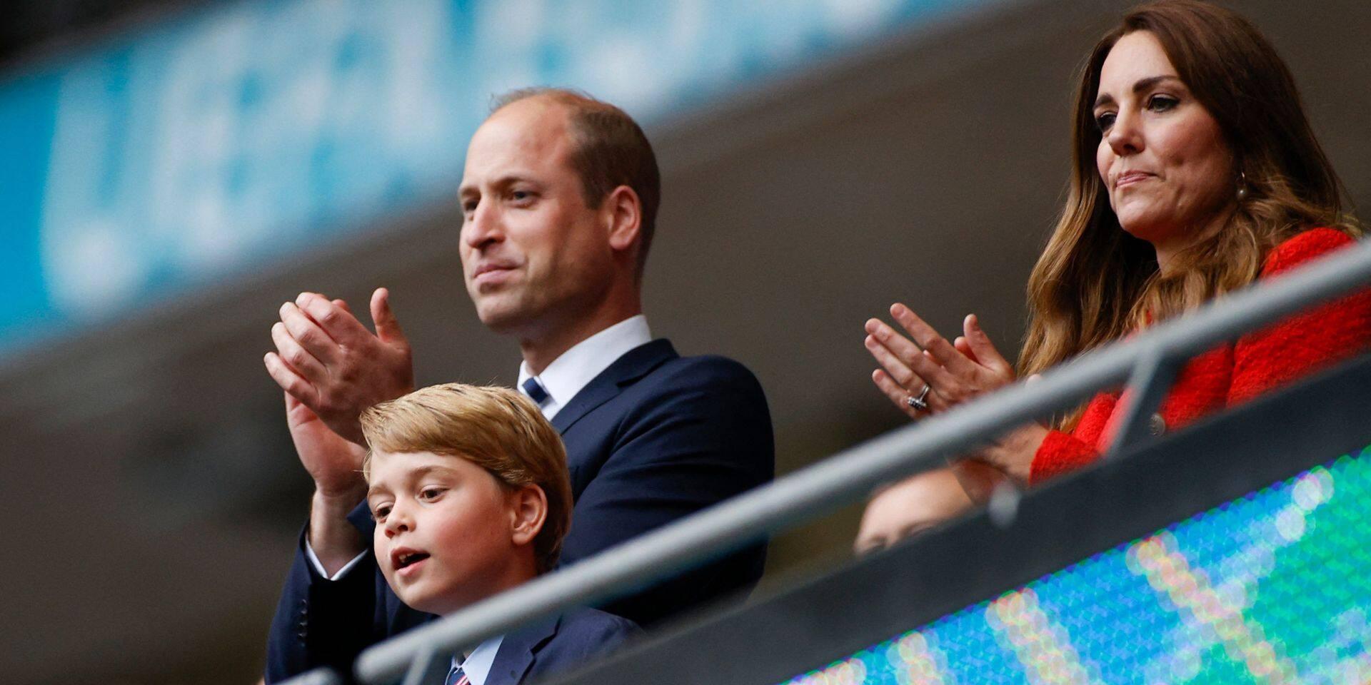 """Prince George: victime d'odieuses moqueries, il devrait être """"mis à l'écart"""" par Kate et William"""
