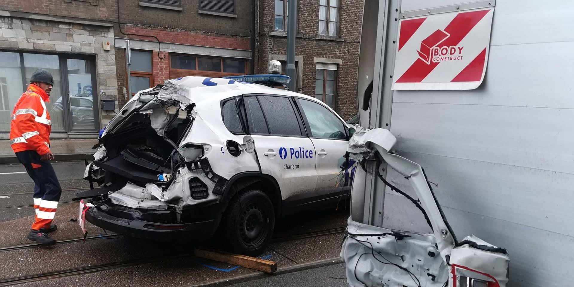 Une voiture de police percutée alors qu'elle passe en urgence pour un enfant qui menace de se jeter sous un tram