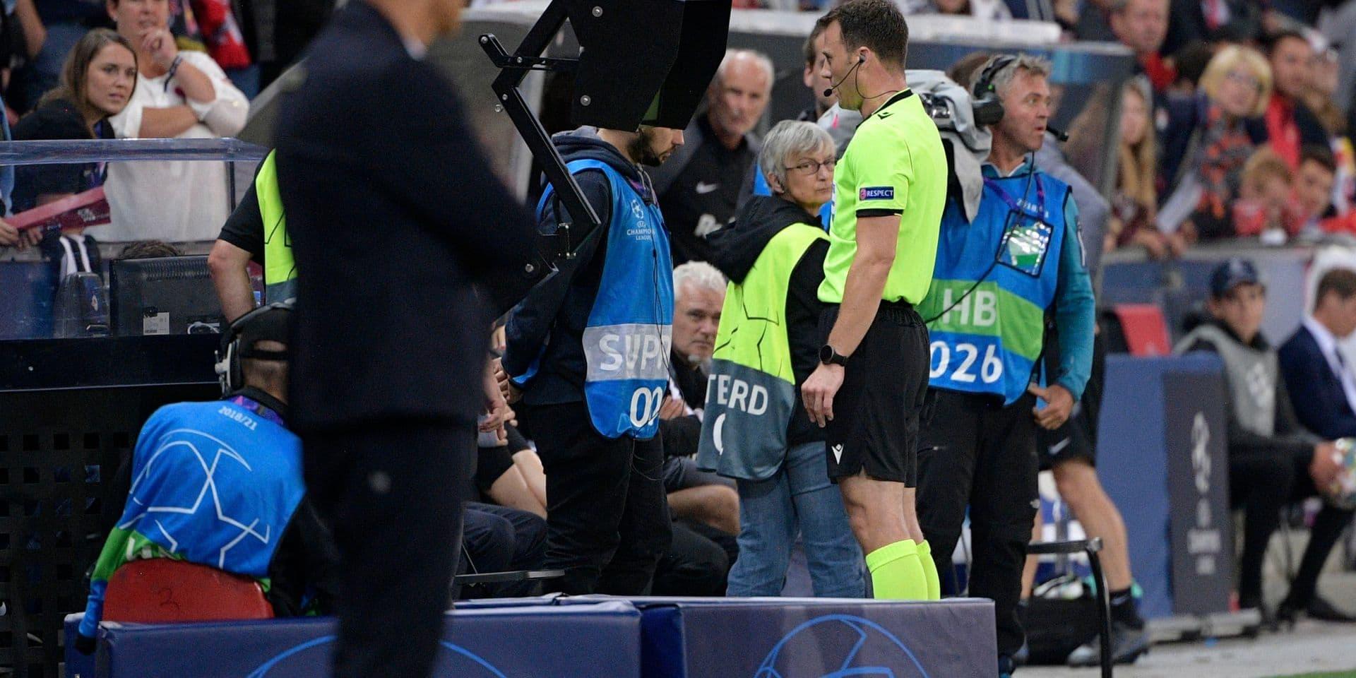 Le VAR ne fonctionnait pas car un employé du stade avait débranché le câble pour... charger son téléphone !