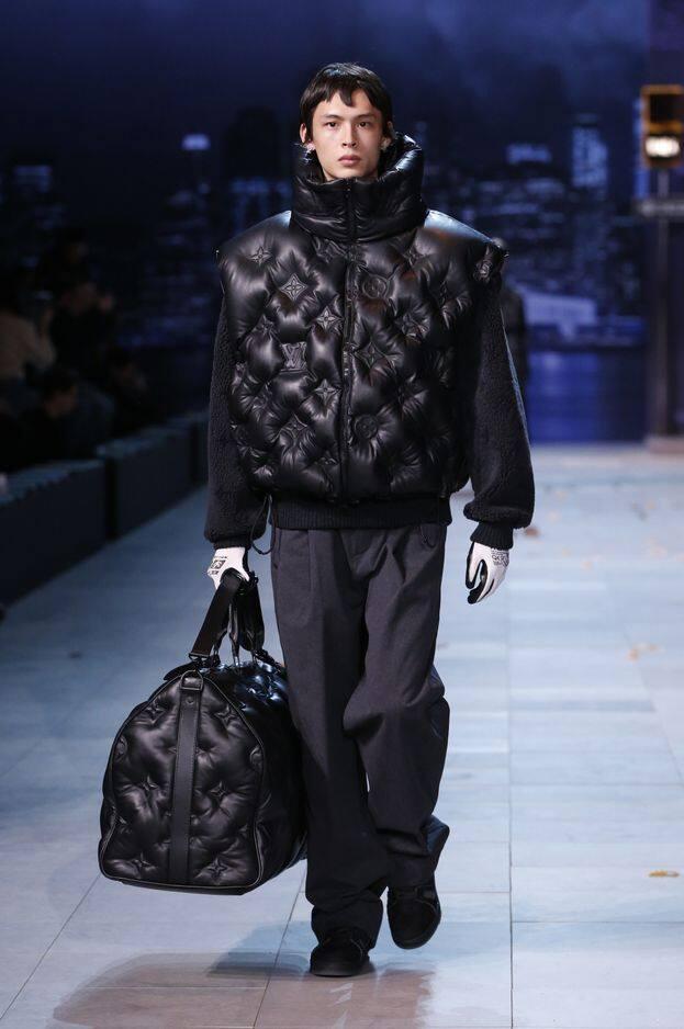 Chez Louis Vuitton, la matière matelassé est de mise pour les vêtements et les accessoires. Maxi résultat assuré.
