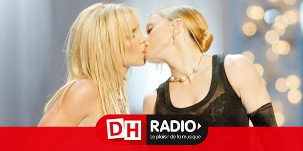(U.S. TABLOIDS OUT) Britney Spears (L) and Madonna kiss onstage during the 2003 MTV Video Music Awards at Radio City Music Hall on August 28, 2003 in New York City. (Scott Gries/Getty Images/AFP) FOR NEWSPAPER AND TV USE ONLY