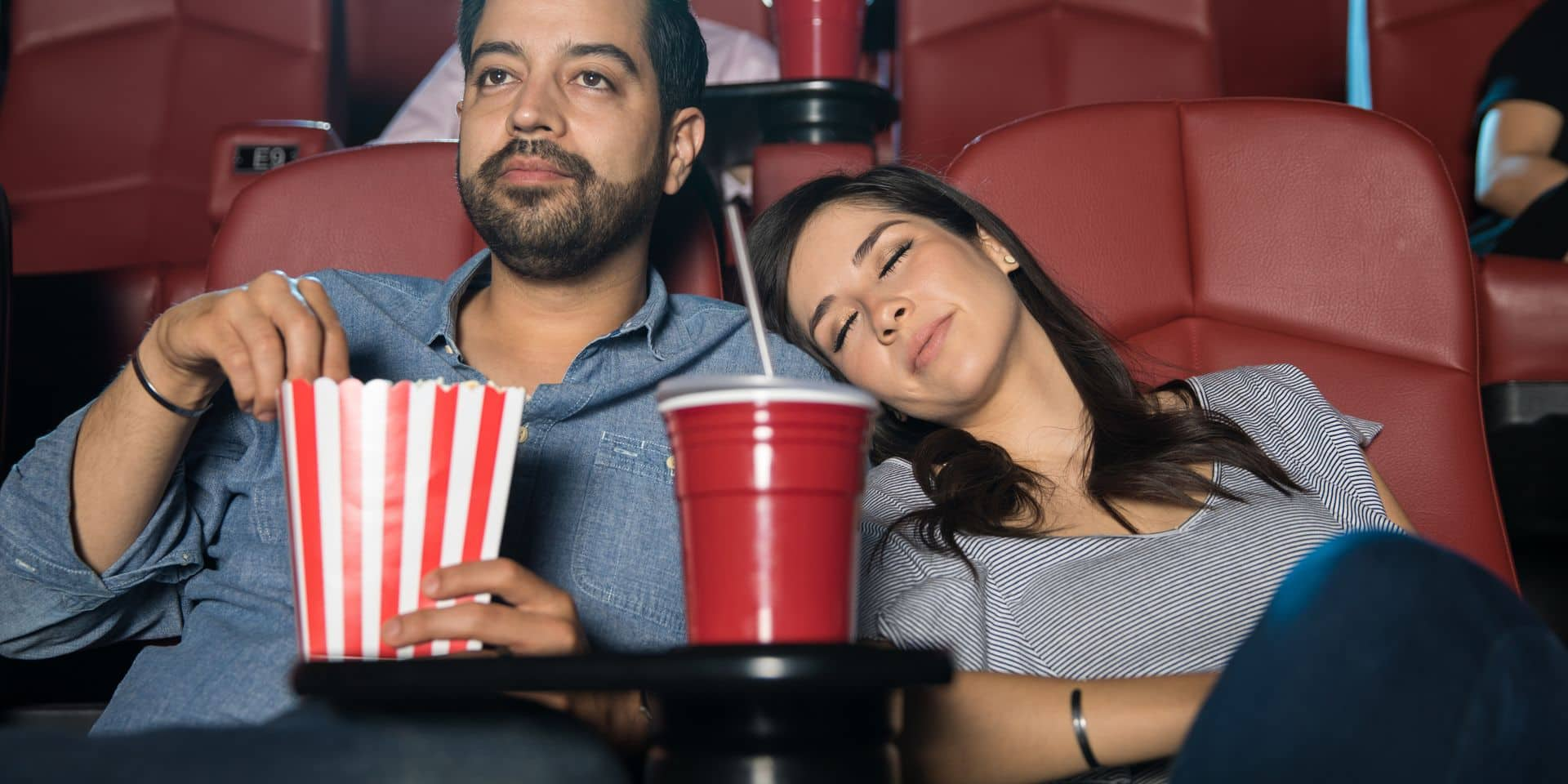 Couple au cinéma, dont la fille s'est endormie