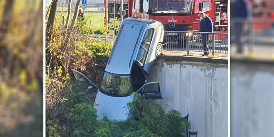 Une voiture menace de chuter d'un pont sur l'auroroute à Braine-l'Alleud