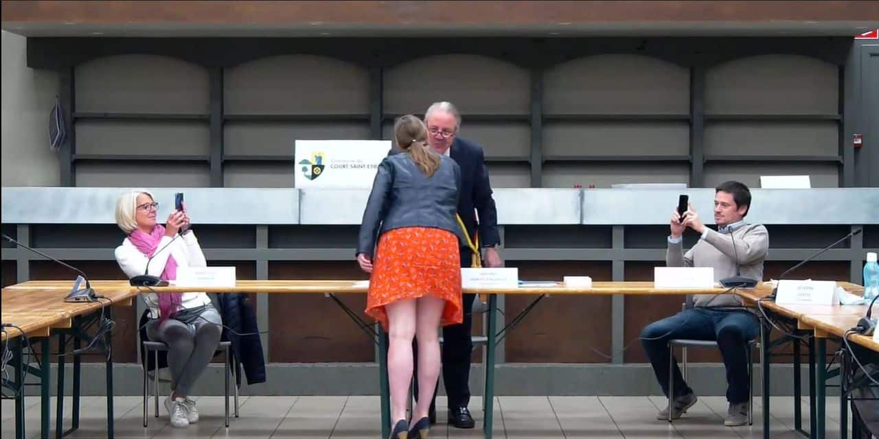 Des embrassades et accolades au conseil communal de Court-Saint-Étienne qui passent mal