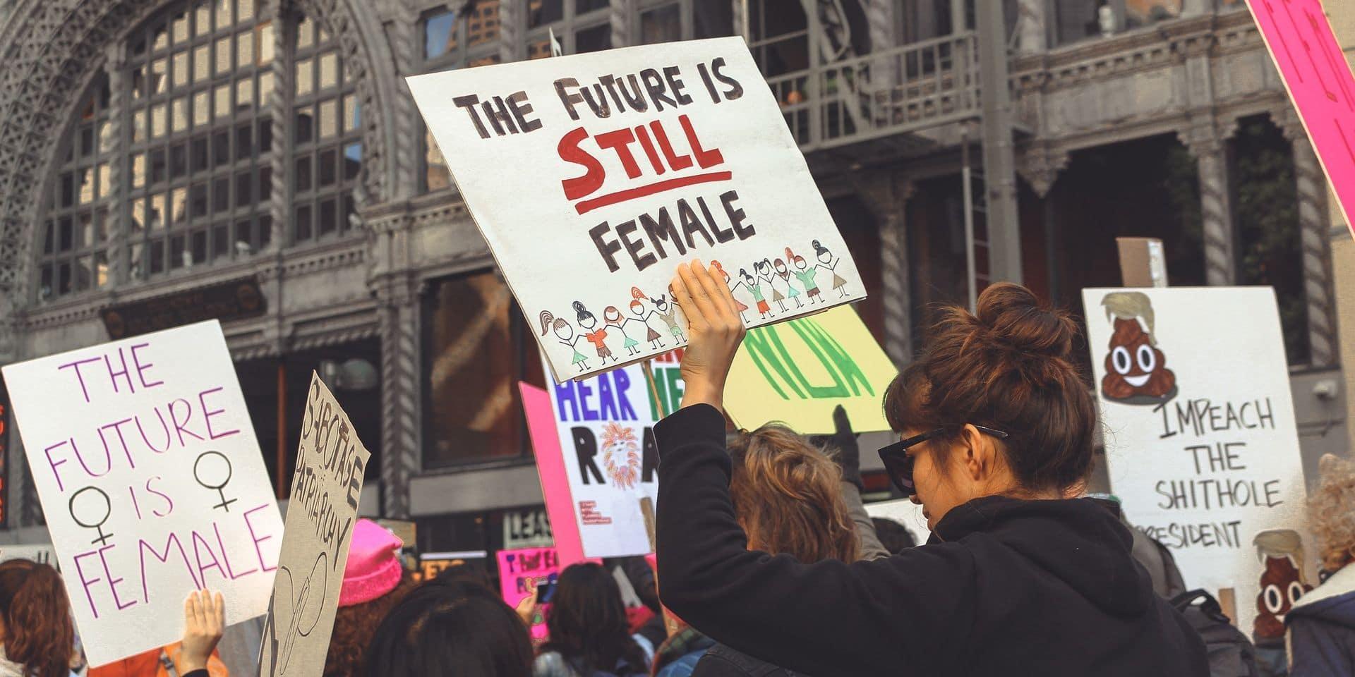 Ixelles: Des affiches féministes prennent la place des publicités qui illustrent la femme objet