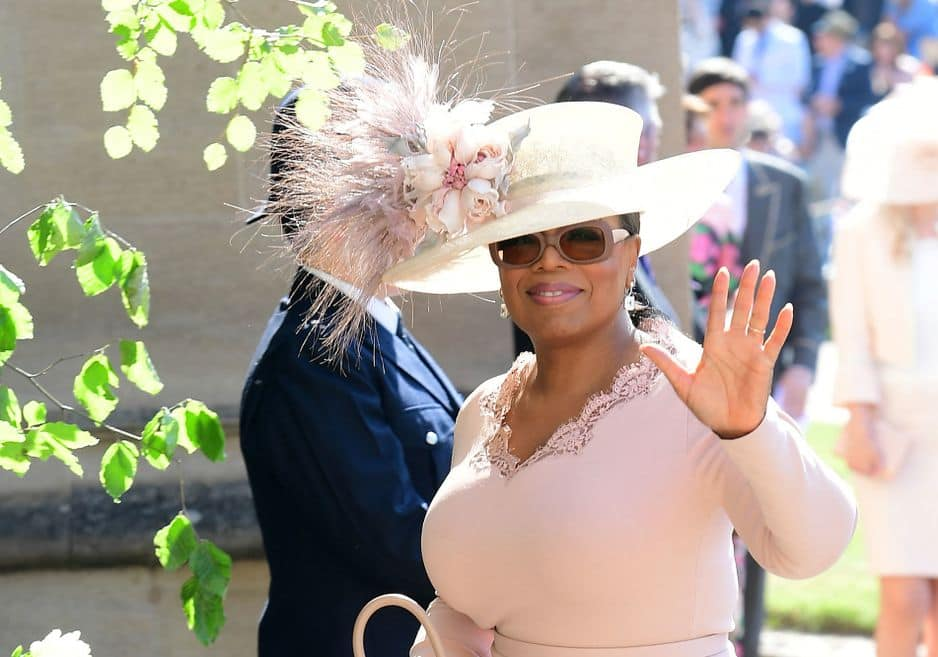 Les invités prestigieux commencent à arriver. L'animatrice américaine Oprah Windrey salue la foule. L'acteur Idris Elba et sa fiancée sont également là.
