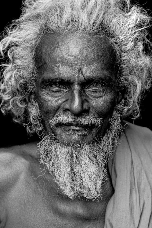 Un portrait noir et blanc d'un sadhu en Inde