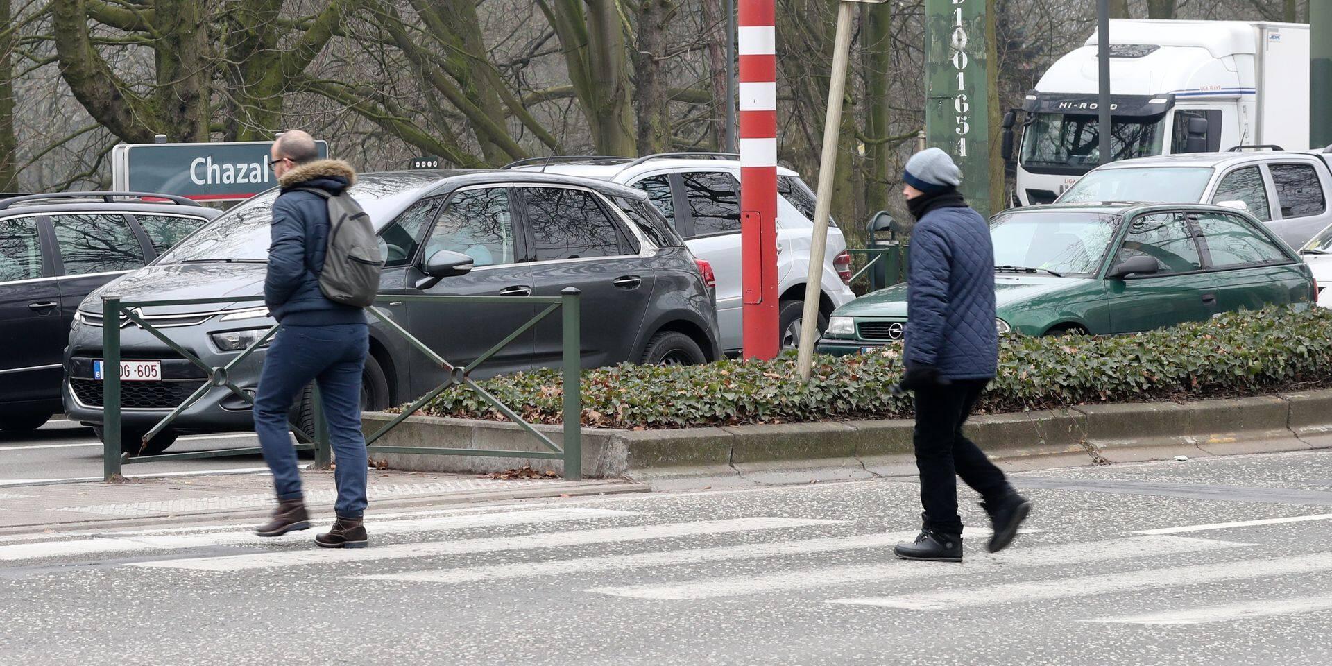 Photos Bernard Demoulin: Photo de personnes qui traversent au passage pour pietons sur le Bd Lambermont, au carrefour des avenues Chazal et Latinis. Ya eu un probleme avec la coordination des feux et les pietons se sont retrouves pris au piege entre un tram et un camion
