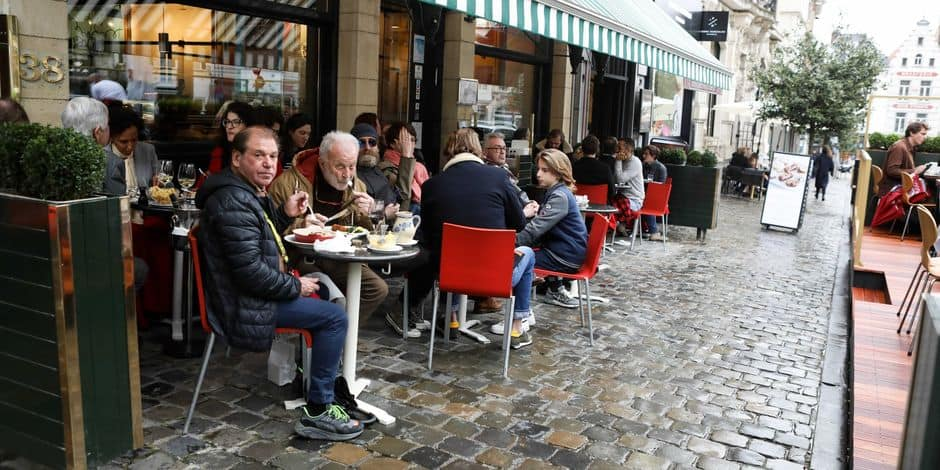 """""""C'est tellement bon d'être de sortie"""", """"On a très envie d'accueillir les gens"""" : la Belgique rouvre ses terrasses mais la météo joue les trouble-fête"""