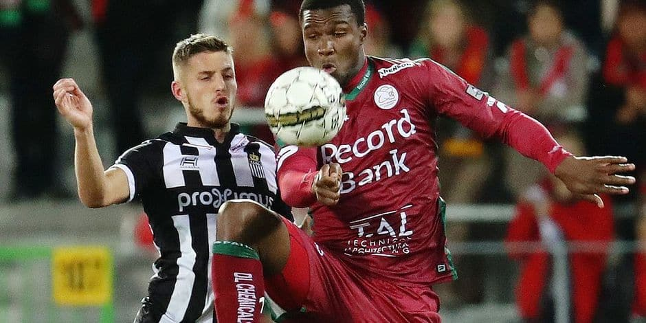 Charleroi's Steeven Willems and Essevee's Obbi Oulare fight for the ball during the Jupiler Pro League match between Zulte Waregem and Charleroi, in Waregem, Saturday 01 October 2016, on the ninth day of the Belgian soccer championship. BELGA PHOTO VIRGINIE LEFOUR