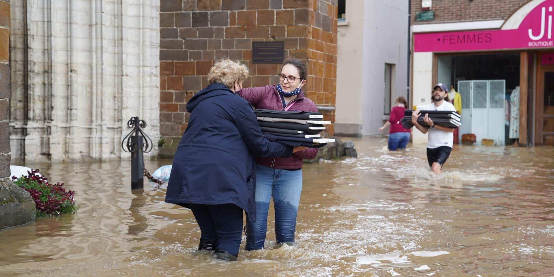 La belle chaîne humaine pour évacuer les articles d'un magasin inondé à Wavre