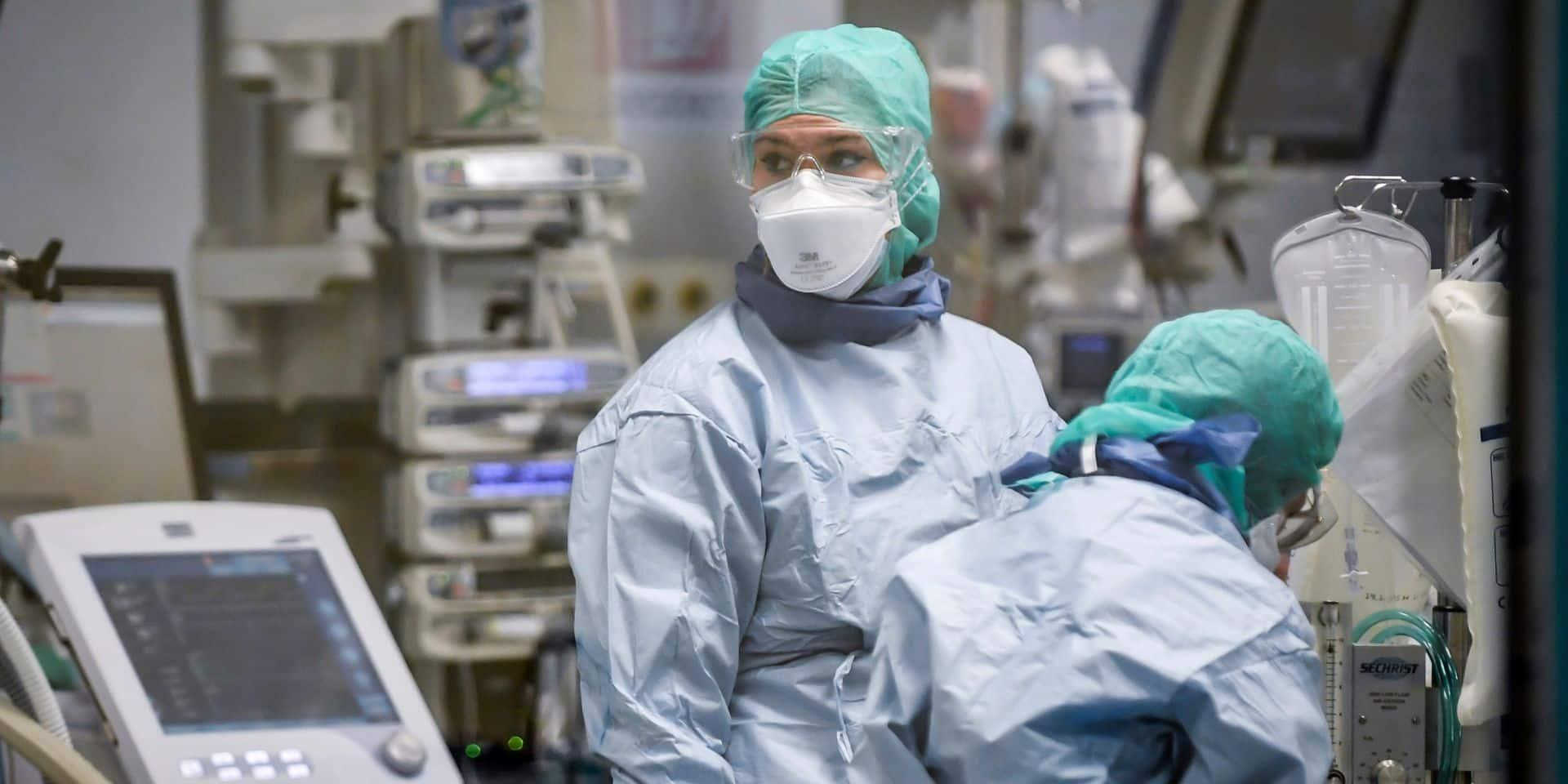 Après 4 jours de baisse, la tendance repart à la hausse en Italie: 4.492 nouvelles contaminations, un total de 8.000 morts