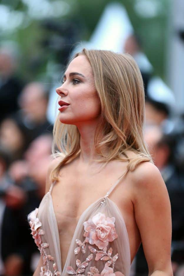 Kimberley Garner, en robe brodée