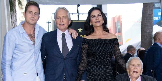 Michael Douglas reçoit son étoile à Hollywood et rend un hommage ému à son père Kirk - La DH