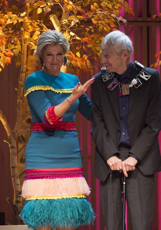 La robe signée Claes Iversen portée par la reine, lundi dernier. elle a fait sensation lorsqu'elle a remis son prix à Reinbert de Leeuw, célèbre chef d'orchestre.