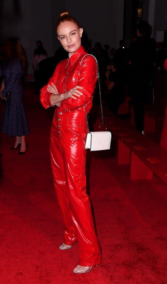 L'actrice américaine Kate Bosworth a degainé une combi en cuir rouge incendiaire pour assister au défilé Calvin Klein.