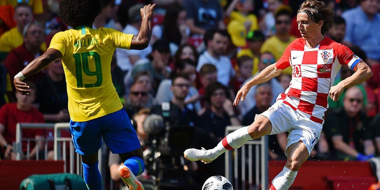 Croatia's midfielder Luka Modric (R) vies with Brazil's midfielder Willian during the International friendly football match between Brazil and Croatia at Anfield in Liverpool on June 3, 2018. / AFP PHOTO / Oli SCARFF