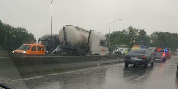 Grave accident sur l'E19/E42: un camion de mazout sur la berme centrale, deux voitures détruites - La DH