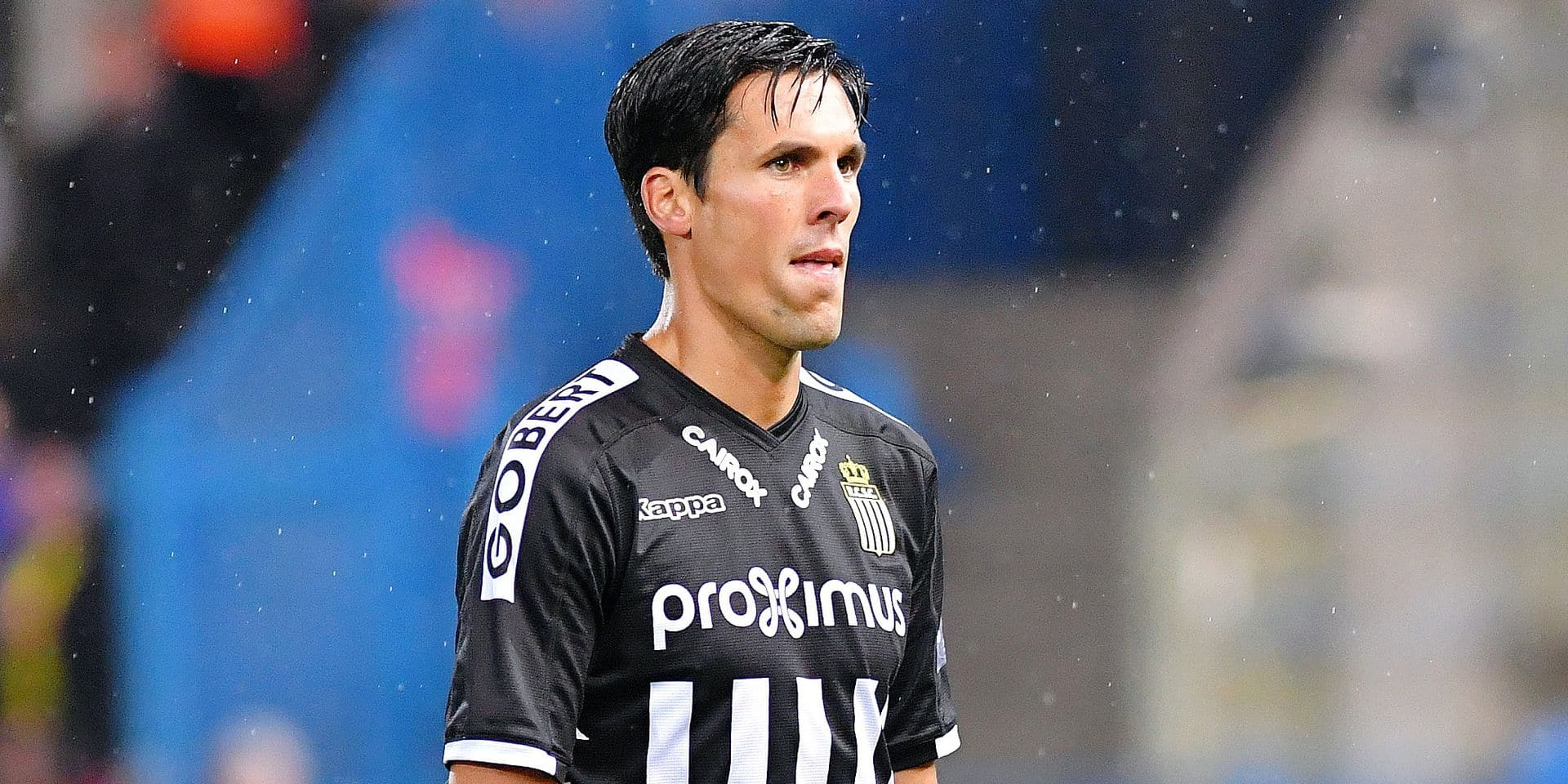 Charleroi's Jeremy Perbet leaves the field after receiving a red card during a soccer match between Waasland-Beveren and Sporting Charleroi, in Beveren, Saturday 22 September 2018, on the 8th day of the 'Jupiler Pro League' Belgian soccer championship season 2018-2019. BELGA PHOTO LUC CLAESSEN