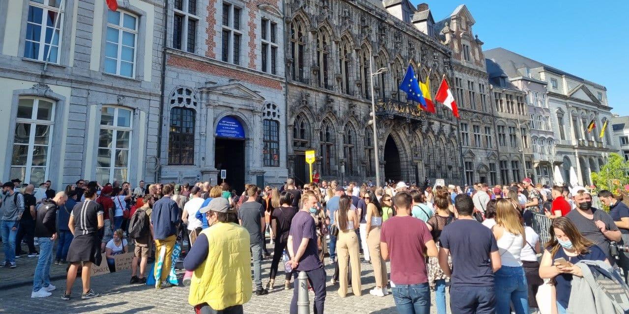Mons: 200 personnes bravent l'interdiction et manifestent pacifiquement sur la Grand-Place
