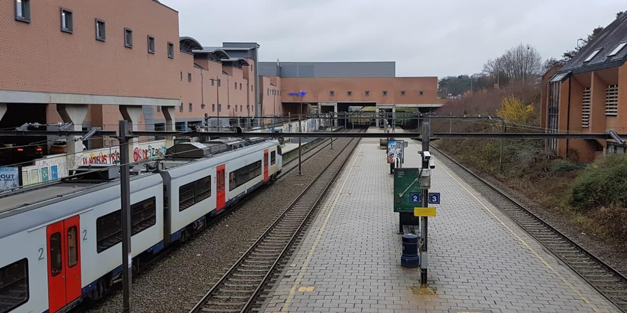 Deux navetteurs agressés au couteau dans un train à Louvain-la-Neuve