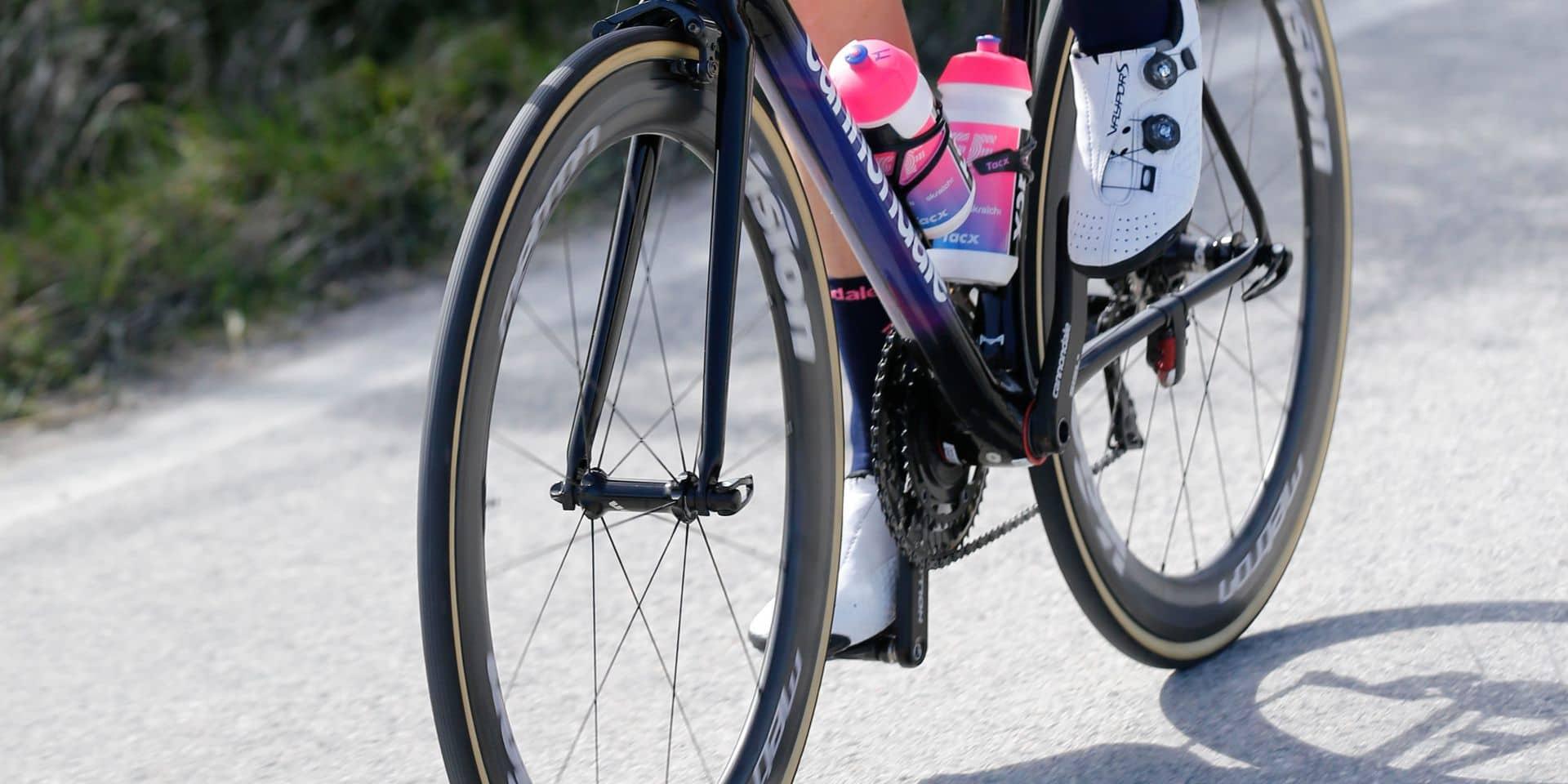 Une moto tombe sur un coureur en pleine ascension à Tirreno-Adriatico