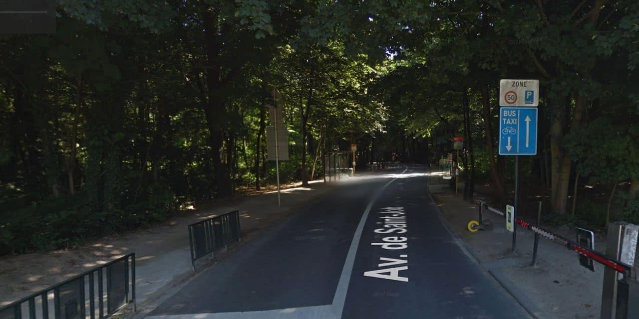 Des automobilistes s'engouffrent dans le bois de la Cambre, pourtant fermé aux voitures : les barrières près de la Villa Lorraine étaient cassées