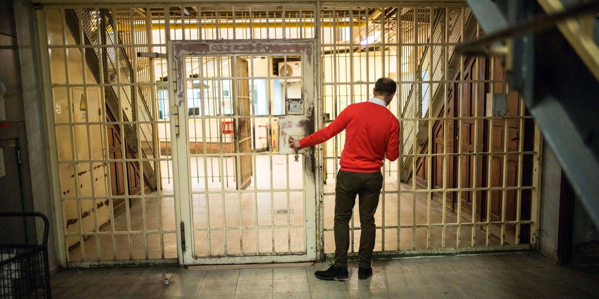 Une gardienne de la prison de Forest suspendue pour sa relation amoureuse avec un détenu