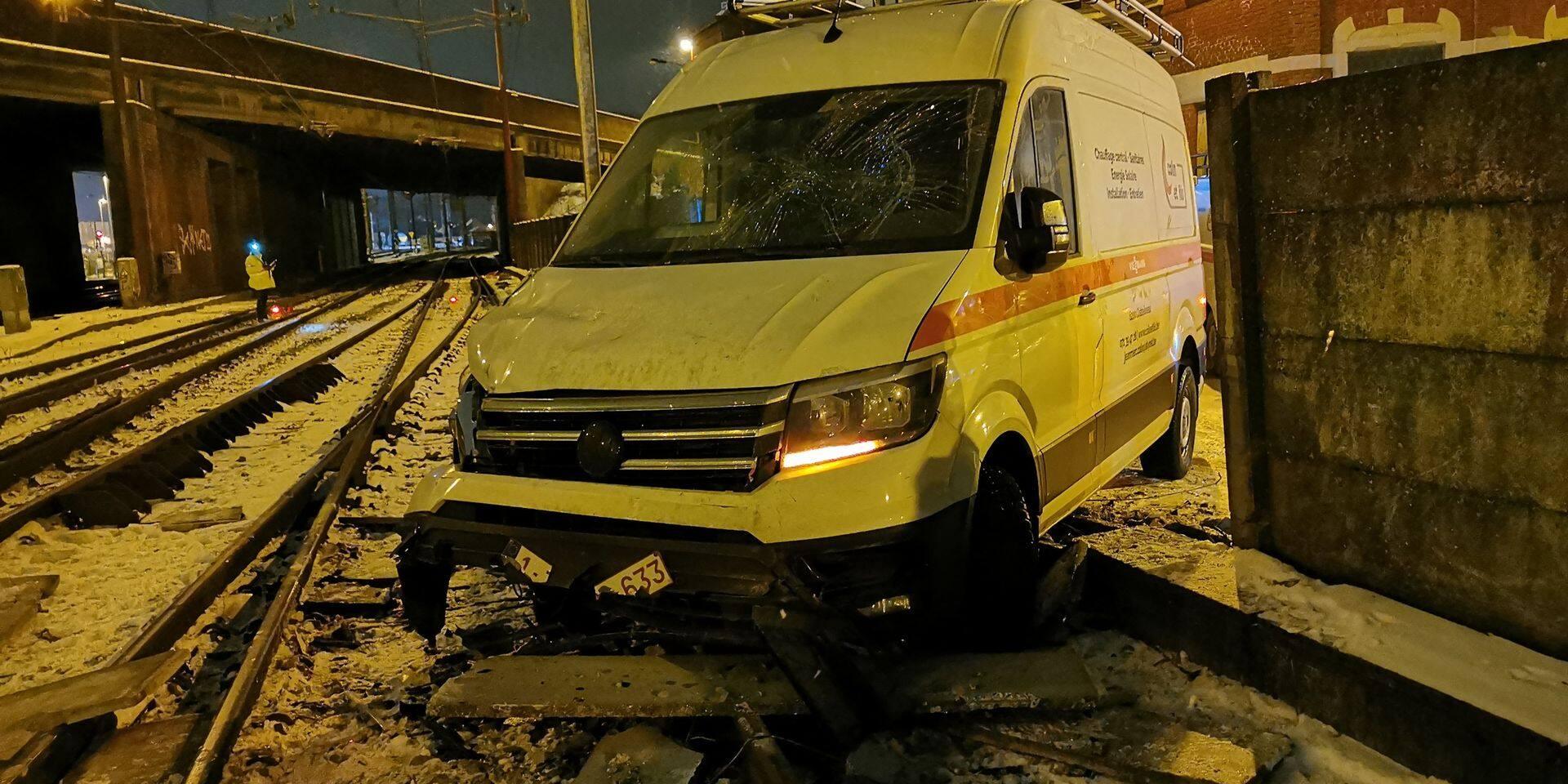 Verglas: une camionnette se retrouve sur les rails à Marcinelle, les trains stoppés
