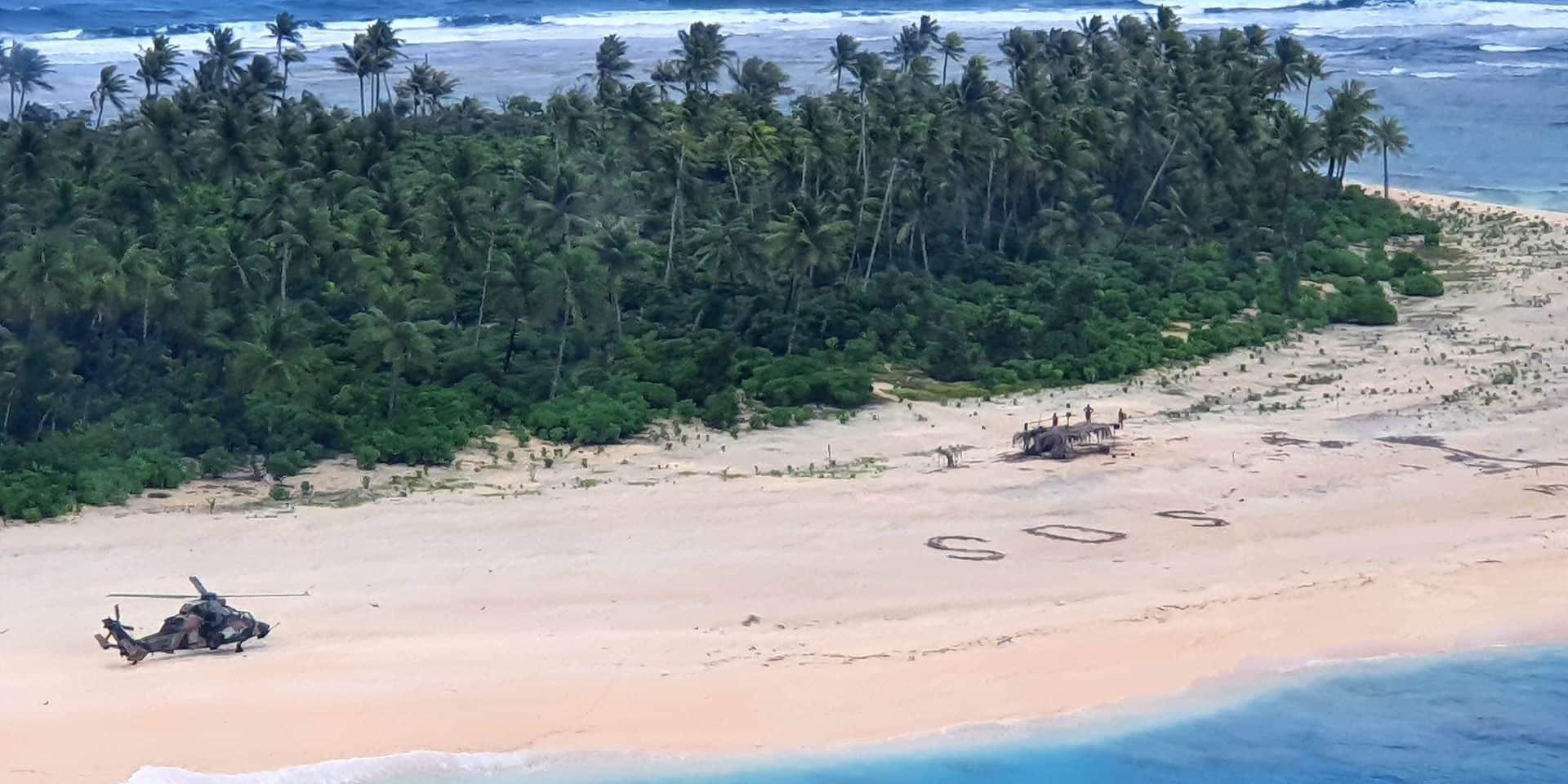 """Naufragés sur une petite île du Pacifique, ils sont sauvés grâce à leur """"SOS"""" géant écrit sur la plage"""